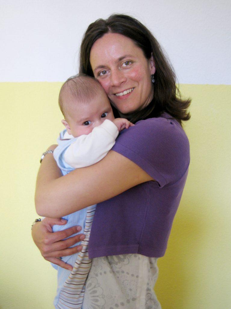 Evelin Seifert mit Säugling auf dem Arm